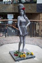 В Лондоне открыли памятник Эми Уайнхаус